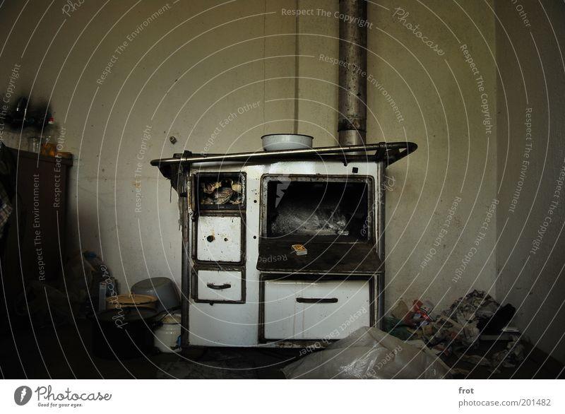 Was wollt ihr essen? alt weiß dunkel kalt grau Metall dreckig Armut authentisch ästhetisch Küche verfallen Verfall Topf Schalen & Schüsseln Herd & Backofen