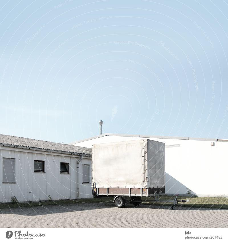 hänger Arbeit & Erwerbstätigkeit Arbeitsplatz Fabrik Unternehmen Himmel Stadtrand Haus Gebäude Anhänger hell blau weiß Industrielandschaft Farbfoto