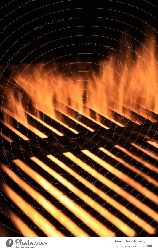 Born to grill Wärme gelb gold schwarz orange Gitter Grillrost Grillsaison Grillen Flamme Feuer heiß Metall Linie diagonal Glut Farbfoto Außenaufnahme