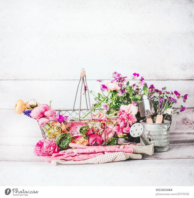 Gartenzubehör mit Blumen, Gartengeräte und Gießkanne Natur Pflanze Sommer Blatt gelb Blüte Frühling Stil Design rosa Häusliches Leben Dekoration & Verzierung
