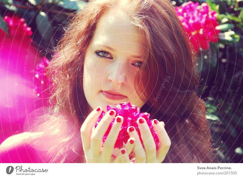 kitsch Mensch Jugendliche Hand schön Pflanze Blume Gesicht Erwachsene Auge feminin Gefühle Haare & Frisuren Garten Blüte Stil träumen