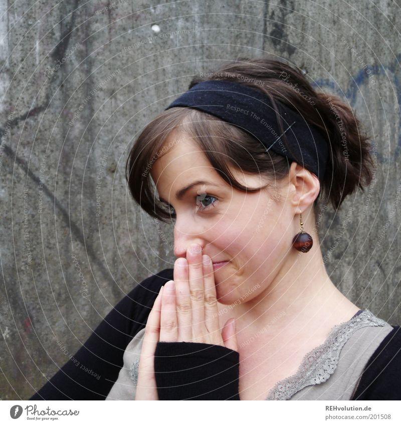 ohhhhhhhhh Mensch Hand Jugendliche schön Freude Gesicht feminin Wand Gefühle grau Erwachsene Fröhlichkeit Schmuck grinsen brünett positiv