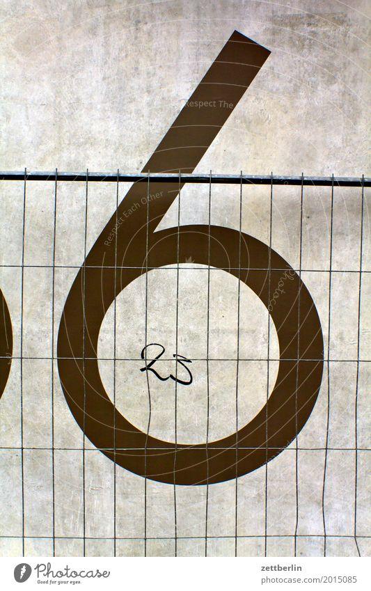 6 + 23 Ziffern & Zahlen Hausnummer Mauer Wand Beton Baustelle Bauzaun Zaun Metallzaun Metallbau Metallwaren geschlossen Grenze Schriftzeichen Typographie