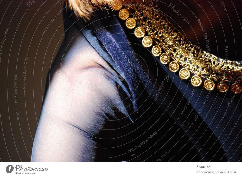 Samt, Seide und Pailletten Frau Mensch schön blau schwarz feminin träumen Mode glänzend Erwachsene Arme Gold elegant gold ästhetisch Kultur