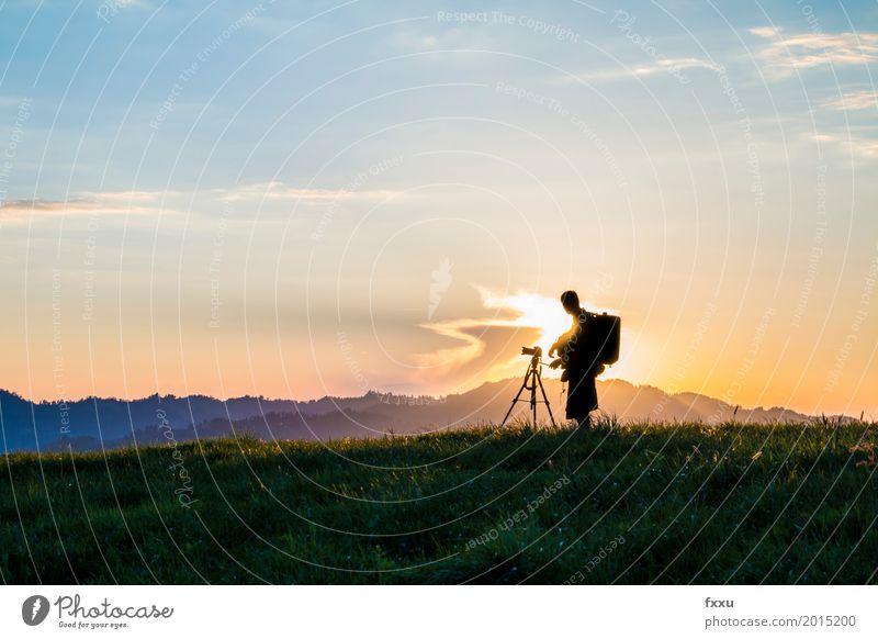 Fotograf Mensch Himmel Natur Jugendliche blau grün Junger Mann Landschaft Erholung Wolken 18-30 Jahre Erwachsene Umwelt orange Arbeit & Erwerbstätigkeit