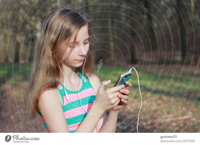 Musik an - Welt aus! Mensch Kind Jugendliche Junge Frau Erholung Mädchen Leben feminin Glück Freizeit & Hobby träumen Park Kindheit Lächeln 8-13 Jahre