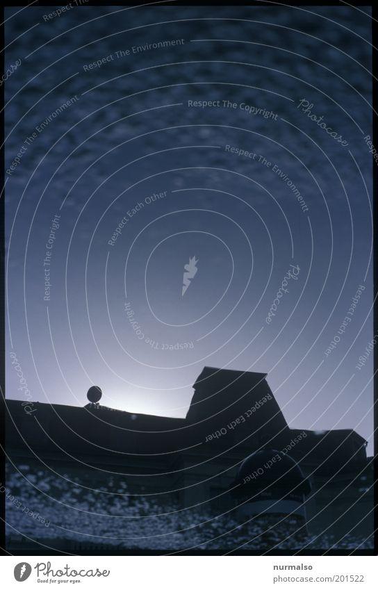 ungenaues weis man nicht Natur Wasser Haus dunkel Wege & Pfade Stil träumen Angst Klima Platz ästhetisch Dach Vergänglichkeit trashig Schornstein eckig