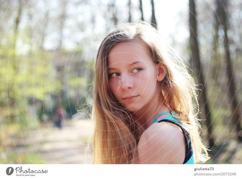 12 years Freizeit & Hobby feminin Mädchen Junge Frau Jugendliche Leben Mensch 8-13 Jahre Kind Kindheit Frühling Sommer Park blond langhaarig Scheitel beobachten