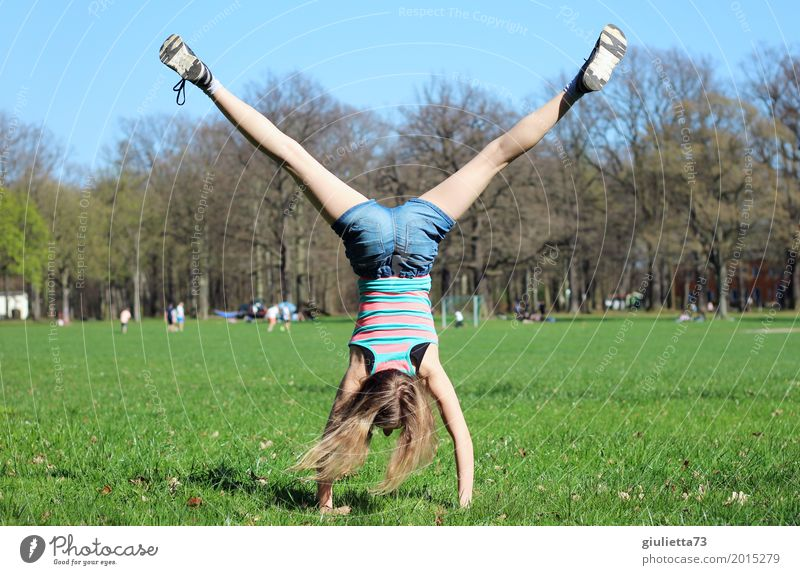 Rad schlagen im April || Mensch Kind Jugendliche Junge Frau Mädchen Leben Frühling Wiese natürlich Sport Bewegung feminin Park ästhetisch Kraft Kindheit