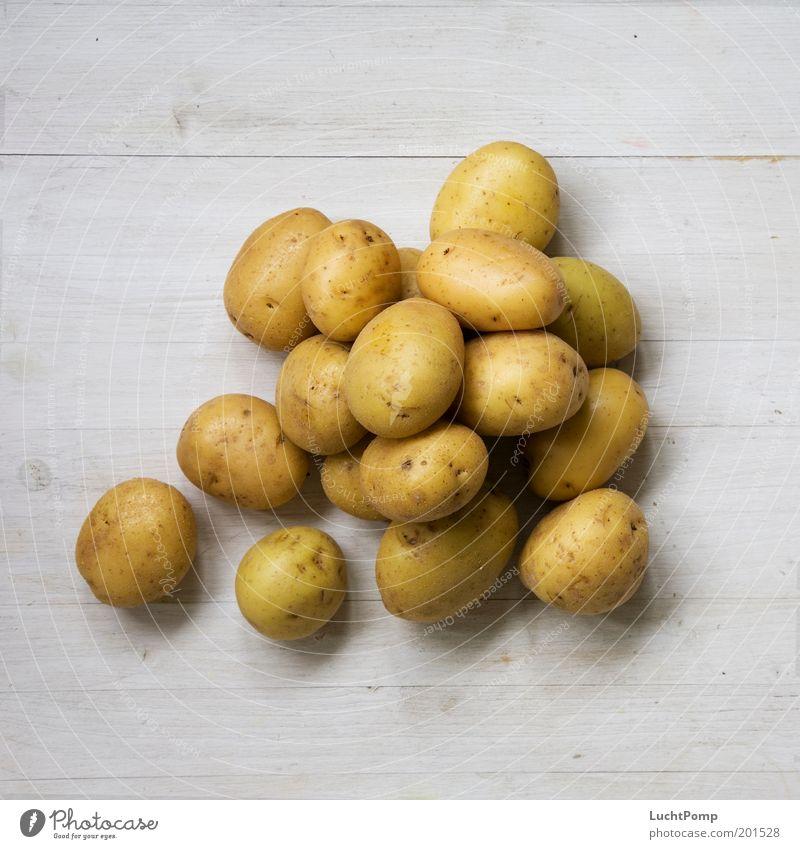 Heute gibt's Klöße Ernährung Gesunde Ernährung Gesundheit Kartoffeln Haufen viele Ernte lecker Holzbrett Maserung Holztisch braun Gemüse Appetit & Hunger