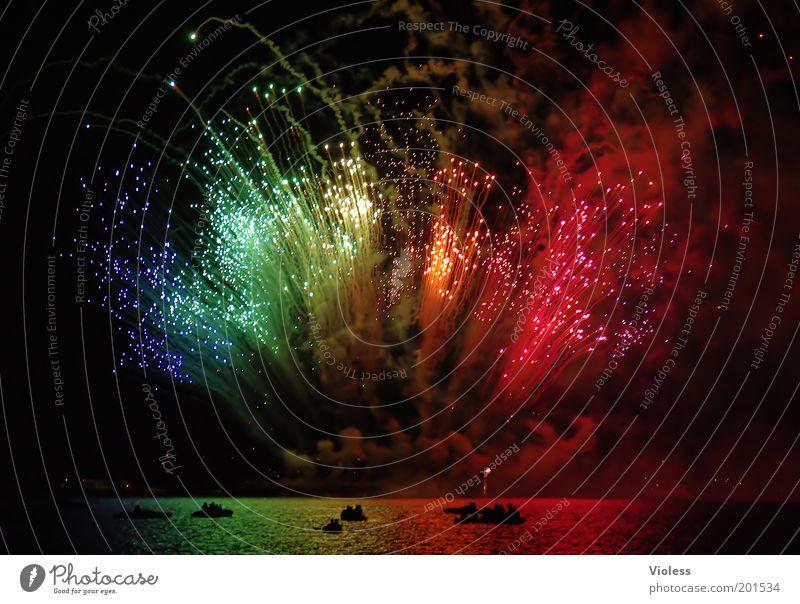 Feuerwerk Freude Wasserfahrzeug Feste & Feiern Nachthimmel fantastisch Feuerwerk Veranstaltung Explosion Gefühle Leuchtfeuer regenbogenfarben Pyrotechnik über Wasser