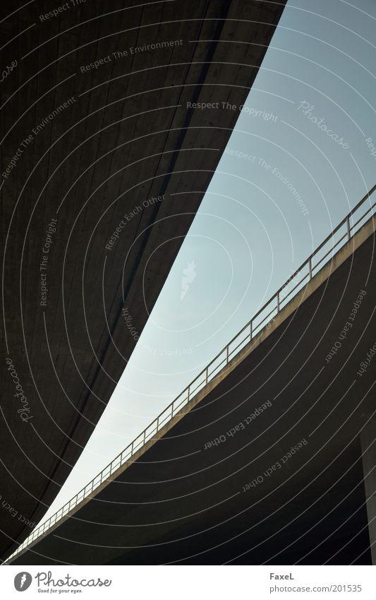 Falsch abgebogen Himmel blau Ferien & Urlaub & Reisen Straße Bewegung grau Beton Brücke ästhetisch Autobahn Verkehrswege Stadtrand Abend Abzweigung