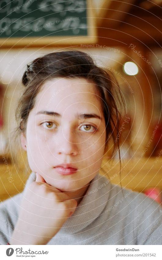 Ja, du wolltest mit mir reden.. Mensch Junge Frau Jugendliche Kopf 1 wählen beobachten Denken Traurigkeit warten bedrohlich schön Farbfoto Innenaufnahme