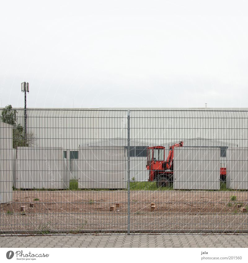 betriebshof Arbeit & Erwerbstätigkeit Baustelle Industrie Unternehmen Himmel Pflanze Industrieanlage Gebäude Zaun Bagger Beton trist Farbfoto Gedeckte Farben