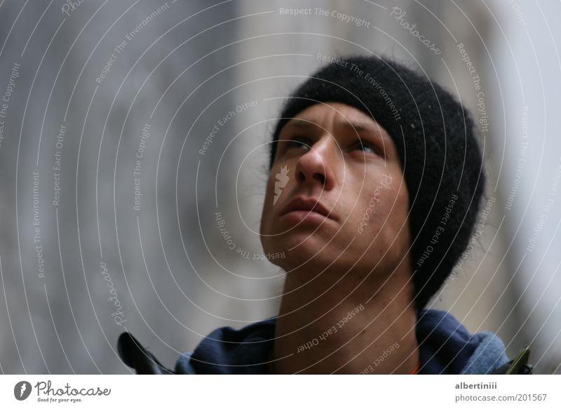 Blick nach oben Mensch Jugendliche Gesicht Gefühle Erwachsene maskulin Hoffnung beobachten natürlich Neugier entdecken Jacke Mütze Gesichtsausdruck