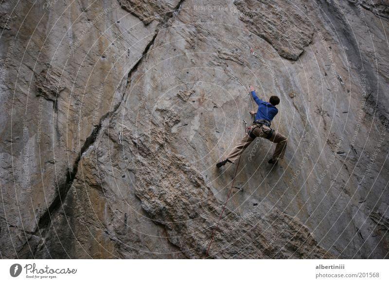 Klettern Mensch Natur Jugendliche Sommer Umwelt Berge u. Gebirge Erwachsene Kraft Felsen Abenteuer maskulin Urelemente außergewöhnlich Alpen stark