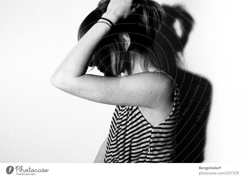 don´t care Mensch Jugendliche Einsamkeit Gefühle Kopf Haare & Frisuren Traurigkeit Denken Stimmung Angst Arme Hoffnung Schwarzweißfoto Bekleidung nachdenklich