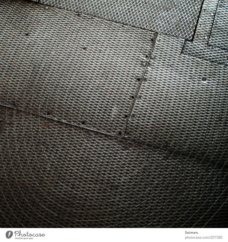 für time. alt dunkel kalt Metall dreckig glänzend Bodenbelag Metallwaren schäbig hart Blech Eisen Bildausschnitt Bodenplatten