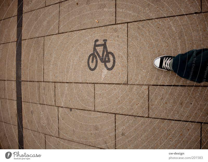 Chuck Norris braucht kein Fahrrad, das Fahrrad braucht.. Mensch Mann Jugendliche weiß Stadt schwarz Erwachsene Architektur Wege & Pfade Beine Fuß Linie Schuhe Fahrrad gehen Schilder & Markierungen
