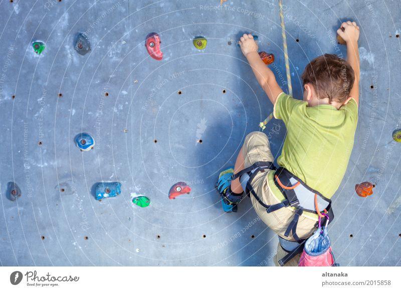 kleiner Junge, der eine Felsenwand klettert Mensch Kind Ferien & Urlaub & Reisen Mann Hand Freude Erwachsene Sport Spielen Freizeit & Hobby Park Aktion