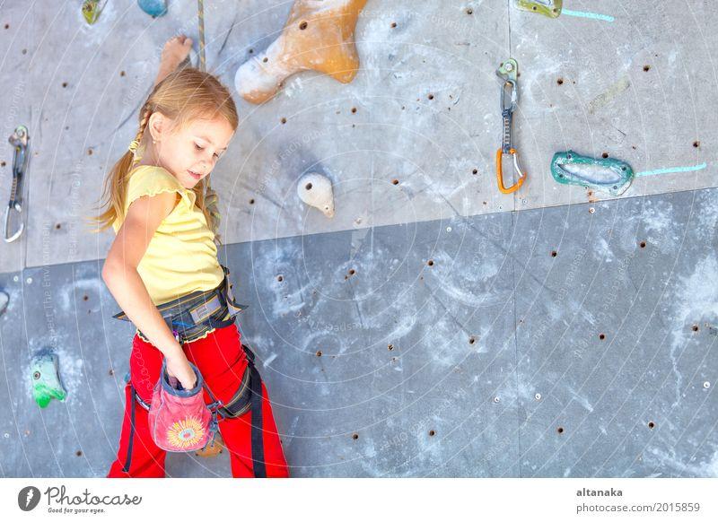 kleines Mädchen, das eine Felsenwand klettert Mensch Kind Frau Ferien & Urlaub & Reisen Hand Freude Erwachsene Sport Spielen Freizeit & Hobby Park Aktion
