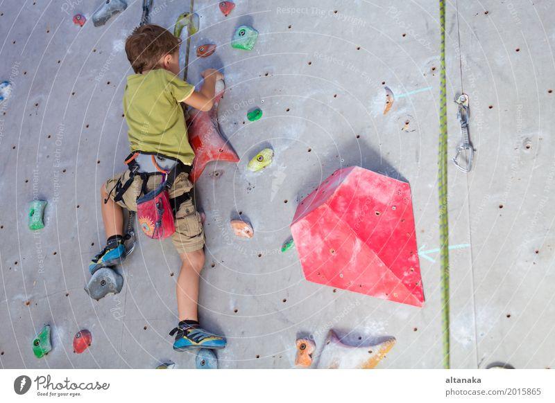 kleiner Junge, der eine Felsenwand klettert Freude Freizeit & Hobby Spielen Ferien & Urlaub & Reisen Abenteuer Entertainment Sport Klettern Bergsteigen Kind