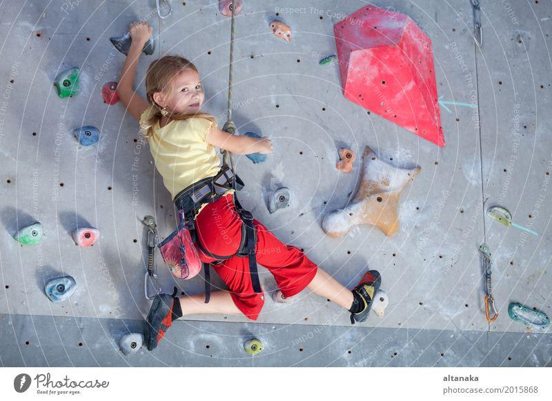 kleines Mädchen, das eine Felsenwand klettert Freude Freizeit & Hobby Spielen Ferien & Urlaub & Reisen Abenteuer Entertainment Sport Klettern Bergsteigen Kind