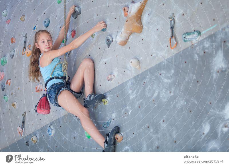 Teenager, der eine Steinwand klettert Mensch Kind Frau Ferien & Urlaub & Reisen Hand Freude Mädchen Erwachsene Sport Spielen Felsen Freizeit & Hobby Park Aktion