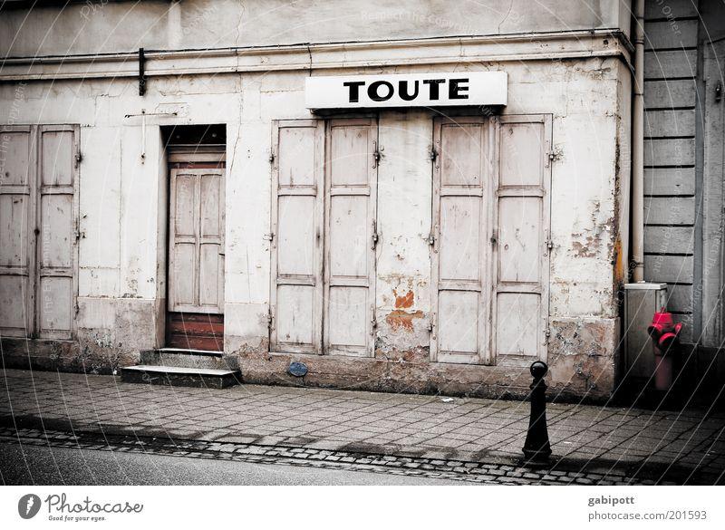TOUTE alt Stadt Haus Wand Fenster grau Mauer Gebäude Architektur Tür Armut Fassade geschlossen Schriftzeichen kaputt authentisch