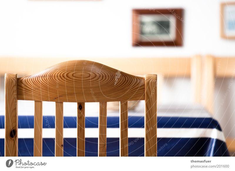 leerer Stuhl Wohnung Möbel Tisch Esszimmer Bild warten Häusliches Leben einfach blau braun weiß ruhig Einsamkeit Farbfoto Innenaufnahme Menschenleer