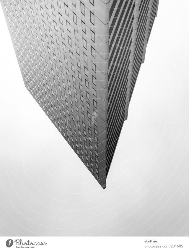 Stalaktit Hochhaus Bankgebäude Spitze Dreieck Schwarzweißfoto Außenaufnahme Experiment Muster Strukturen & Formen Fassade Moderne Architektur Froschperspektive