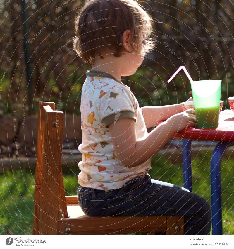 in Ruhe essen Saft Mensch Kind Kleinkind Mädchen 1 Tisch Becher Schalen & Schüsseln Trinkhalm Holz Kunststoff Essen sitzen lecker niedlich retro Zufriedenheit