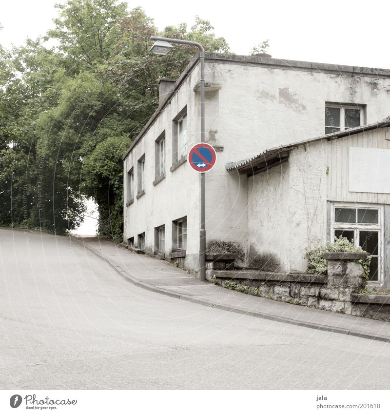 eingeschränktes haltverbot Baum Haus Straße Fenster Wege & Pfade Gebäude Fassade trist Laterne Bürgersteig Bauwerk Straßenbeleuchtung Verkehrsschild