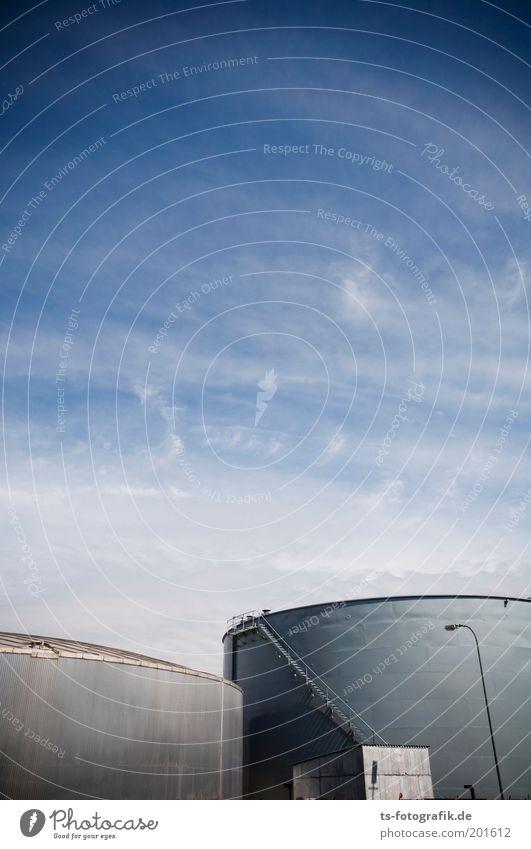 Tankerstelle I Himmel blau Wolken grau Energie Energiewirtschaft Fabrik Schönes Wetter Erdöl Industrieanlage Bildausschnitt Benzin Bremen Vorrat Hafenstadt