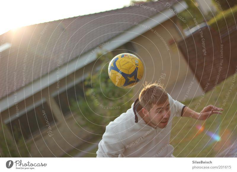 Football Time Jugendliche Haus Sport Spielen Bewegung Garten Freizeit & Hobby Fußball Junger Mann Fußballer Sportler Blick Kopfball