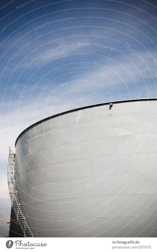 Tankerstelle II Himmel Wolken grau Metall groß Fassade Treppe Energiewirtschaft rund Fabrik Erdöl Industrieanlage Bildausschnitt Benzin Tank