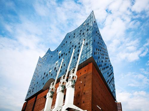 Elbphilharmomie Himmel blau weiß rot Wolken Freude Architektur Design modern ästhetisch Erfolg Kultur groß hoch Schönes Wetter Hamburg