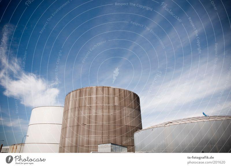 Tankerstelle III Himmel Wolken grau braun Fassade Energiewirtschaft Zukunft rund Industriefotografie Hafen Schönes Wetter Erdöl Industrieanlage Krise Tank