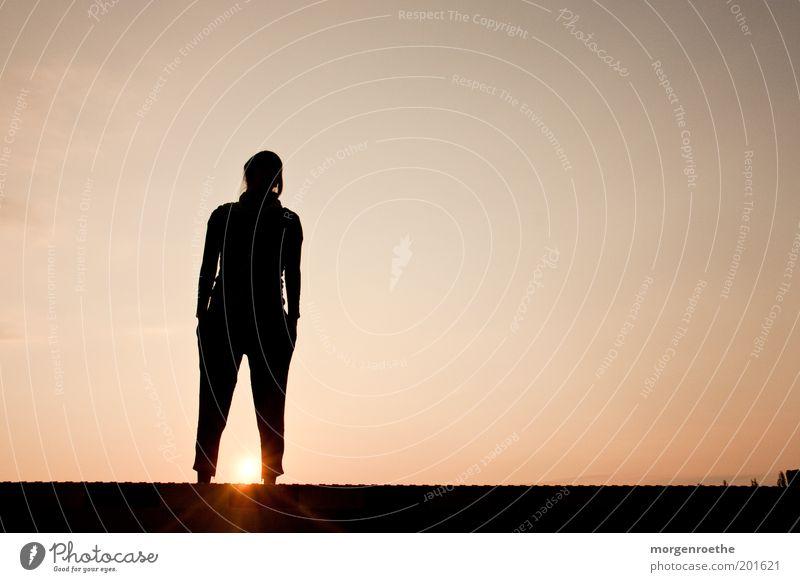 epilog Ausflug Ferne Feierabend Junge Frau Jugendliche 1 Mensch 18-30 Jahre Erwachsene Luft Himmel Hose Blick Wärme Vergangenheit Zwischenraum Abend Farbfoto