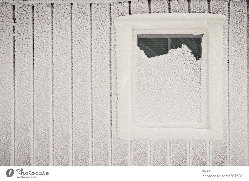 Restposten weiß Winter Haus Einsamkeit kalt Schnee Wand Fenster Holz Mauer Linie Wohnung Fassade Frost trist Streifen