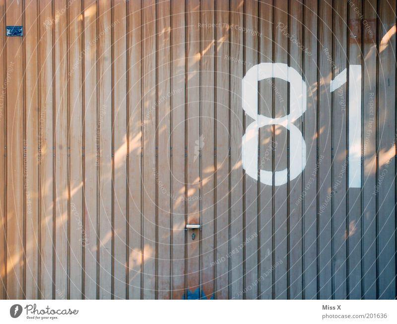 8 1 Tür Zeichen Schriftzeichen groß Hausnummer Garage Garagentor Tor 81 Farbfoto Gedeckte Farben Außenaufnahme Menschenleer Textfreiraum links Textfreiraum oben