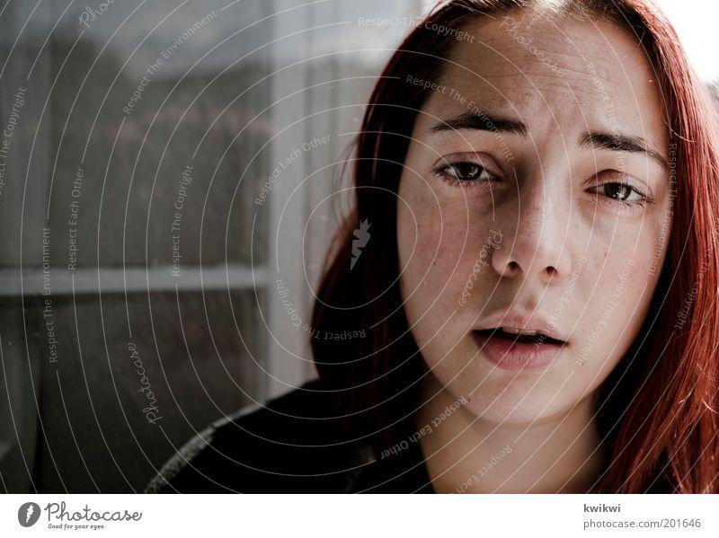 - Frau Mensch Jugendliche rot Gesicht Auge Leben feminin Gefühle Fenster Haare & Frisuren Kopf Traurigkeit Mund Erwachsene Nase