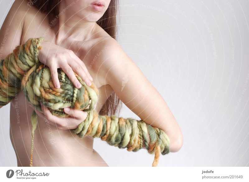 Wollknäuel Frau Mensch Akt Jugendliche grün Erwachsene feminin Erotik nackt Bewegung Wärme orange Körper Haut ästhetisch stehen
