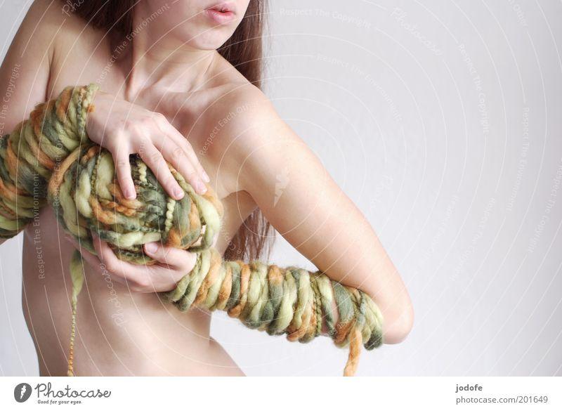 Wollknäuel Mensch feminin Junge Frau Jugendliche Erwachsene Körper Haut 1 18-30 Jahre stehen ästhetisch Erotik kuschlig dünn mehrfarbig grün Bewegung Wolle