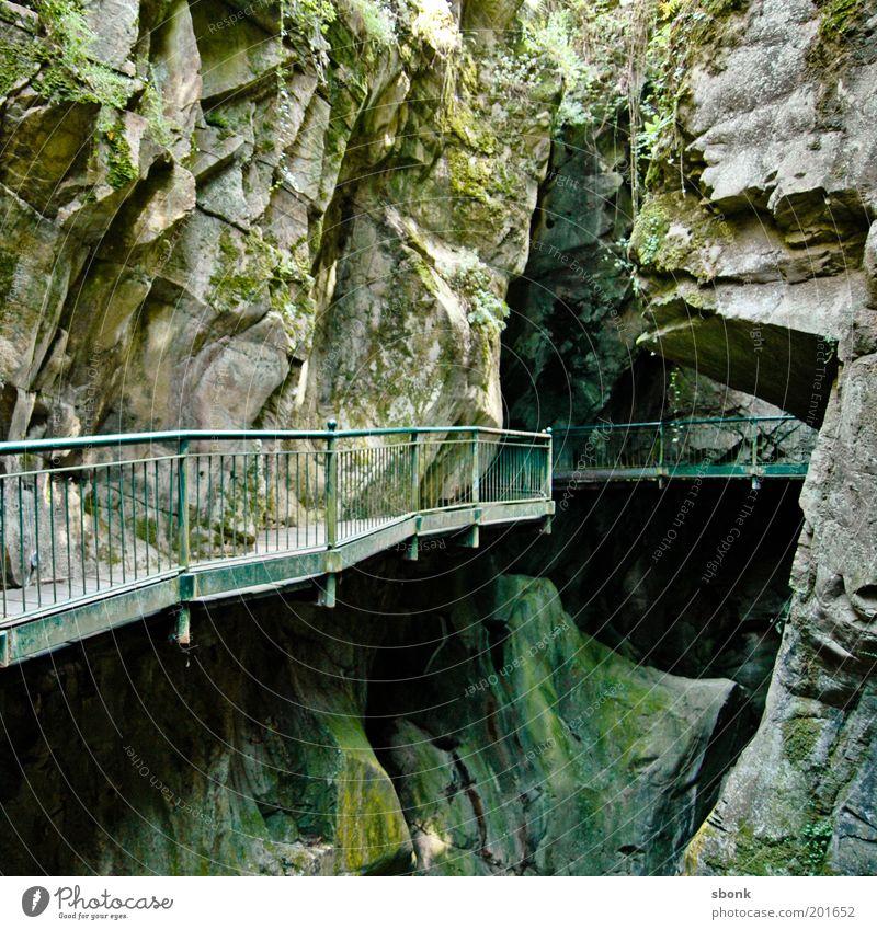 Lion's Den grün Berge u. Gebirge Wege & Pfade Felsen Italien Alpen Hügel tief Moos Geländer Schlucht unheimlich Höhle