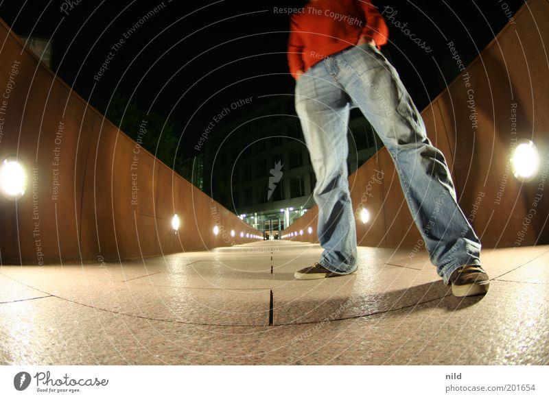 Kopflos 2009 Stil Nachtleben ausgehen maskulin Junger Mann Jugendliche Erwachsene 18-30 Jahre Haus Bankgebäude Architektur Mauer Wand Jeanshose Turnschuh stehen