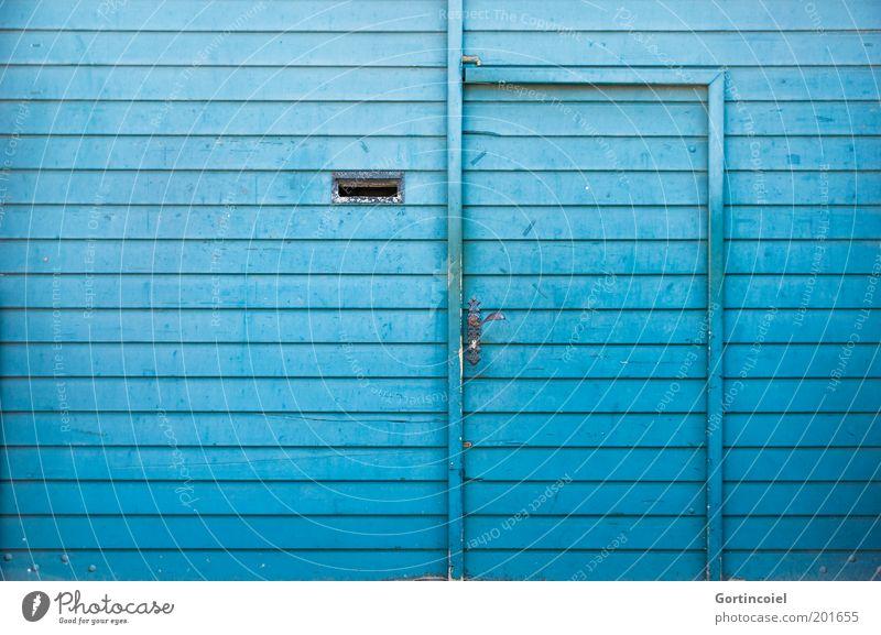 Aquamarin blau Farbe Tür Fassade geschlossen Tor türkis Eingang Holzbrett Griff Briefkasten quer Holzwand Wand mehrfarbig