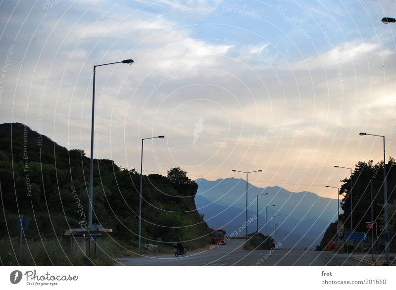 Fata Morgana? Landschaft Himmel Wolken Horizont Sommer Schönes Wetter Berge u. Gebirge Menschenleer Straße Kleinmotorrad frei groß natürlich Hoffnung Sehnsucht
