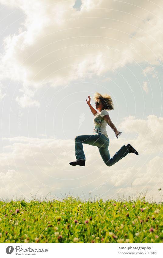 Airwalk Mensch Himmel Natur Jugendliche Ferien & Urlaub & Reisen Sonne Sommer Freude Wolken Erwachsene Wiese Leben feminin Freiheit Bewegung Gras
