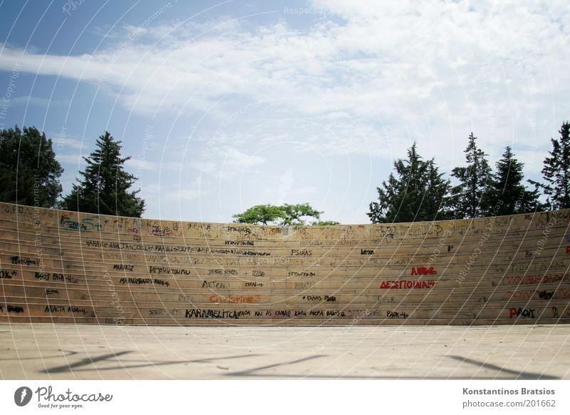 wo ist mein Publikum? Theater Bühne Kultur Himmel Wolken Sommer Schönes Wetter Baum Katerini Griechenland Europa Park Platz Schriftzeichen Graffiti groß
